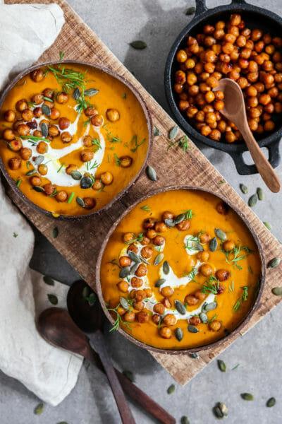 Cremige Kürbis Suppe mit knusprigen Kichererbsen | Vegan & Einfach