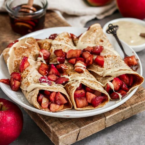 Vegane Crepes mit Zimt, eingerollt und gefüllt mit karamellisierten Zimt-Äpfel.