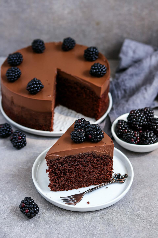 Fluffiger Schokoladenkuchen mit cremigen Schokoladen Frosting und Brombeeren.