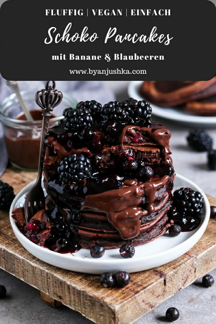 Vegane Schoko Pancakes mit Banane und Blaubeere. Pinterest Bild.