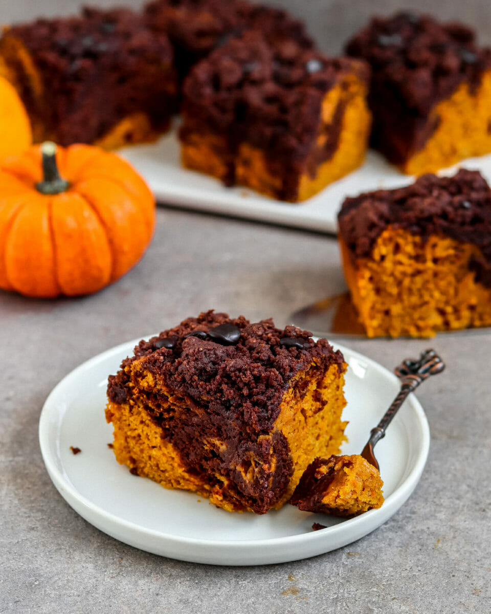 Vegan and fluffy pumpkin brownies (marbled) with chocolate cinnamon streusel und chocolate drops.
