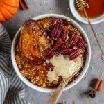 Veganes Kürbis Porridge in einer Schale mit karamellisierter Birne, Pekannüsse, Mandelmus und gepufften Amaranth.