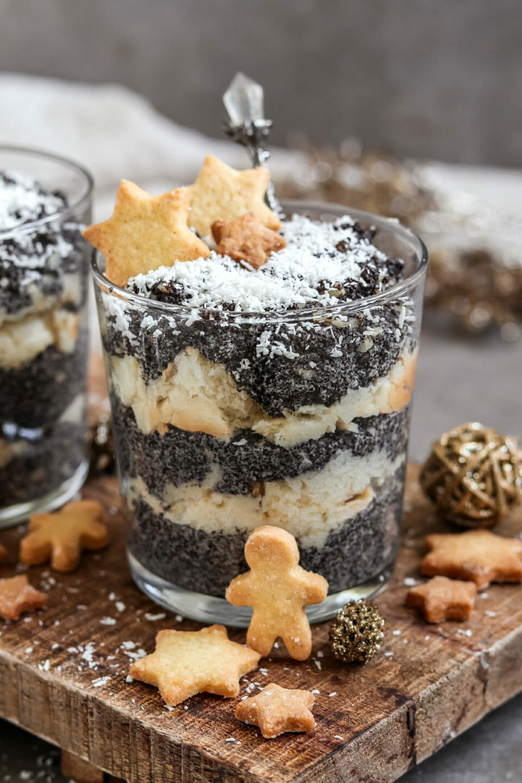 Makowki im Glas: Schichtdessert aus einer Mohnmischung und Hefebrötchen serviert mit Weihnachtsplätzchen und Kokosflocken.
