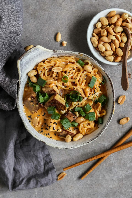 Vegane Thai Nudelsuppe mit Tofu, Frühlingszwiebeln und geröstetem Sesam.
