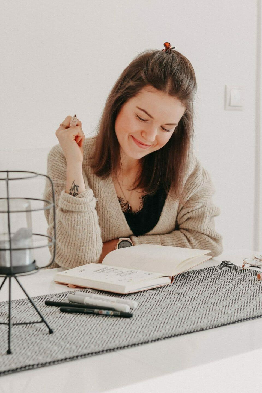Bild von Anja (byanjushka) mit ihrem Bullet Journal am Tisch.