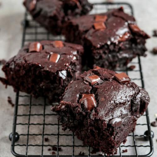 Vegane Brownies auf einem Kuchengitter.
