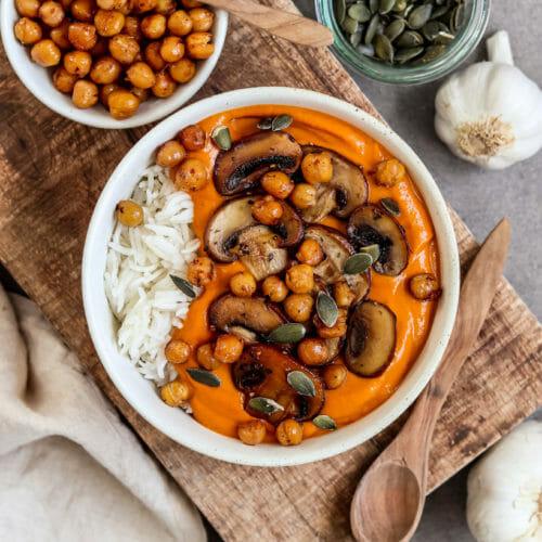 Veganes Garam Masala Curry serviert mit Reis, knusprigen Kichererbsen, Champignons und Kürbiskernen.