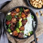 Sticky Tofu Süß Sauer mit Reis, Brokkoli, Lauchzwiebeln und geröstete Erdnüsse.