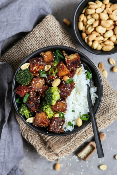 """""""Sticky"""" Sesam Tofu mit Süß Sauer Sauce, Brokkoli und Reis"""