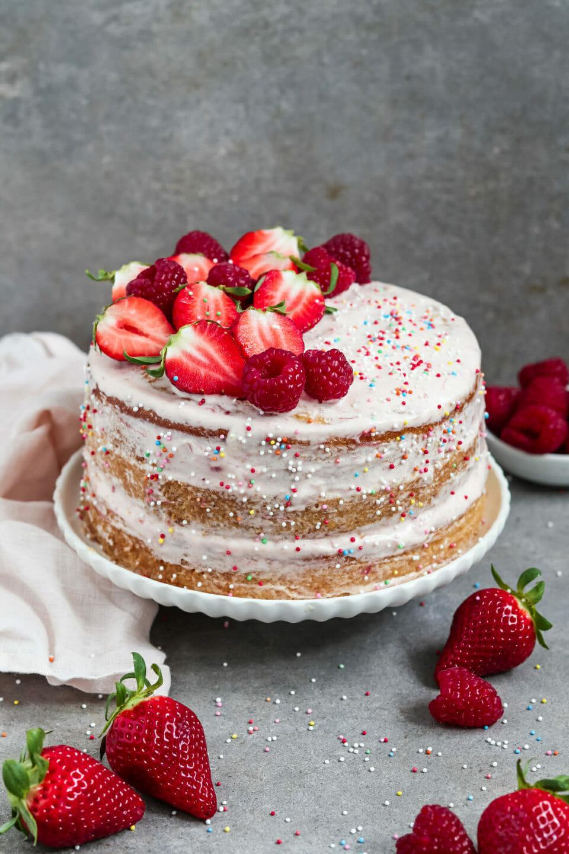 Veganer Vanille Kuchen mit Erdbeer Frosting.