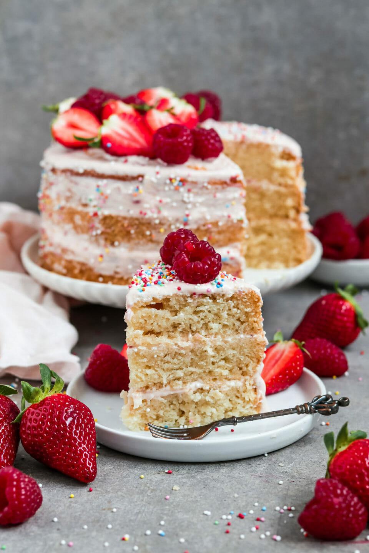 Fluffiger veganer Vanille Kuchen mit Erdbeer Frosting.