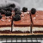 Vegane Schoko Kokos Bars mit cremiger Schokoladen Ganache und Brombeeren Topping