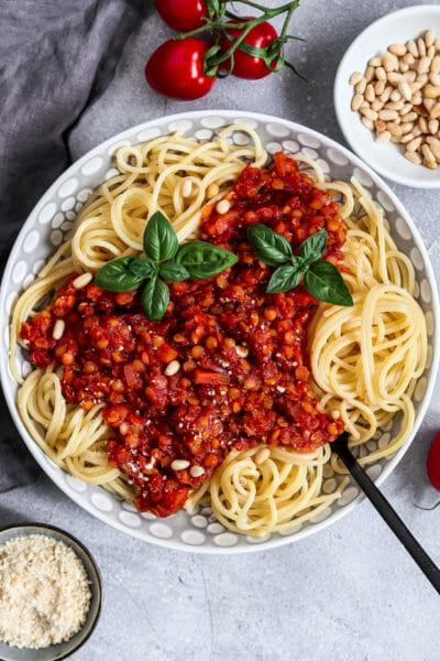 Vegane Bolognese aus roten Linsen und mit Möhre.