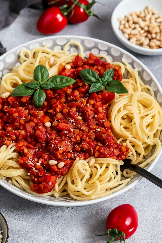 Rote Linsen Bolognese mit Cashew Parmesan.