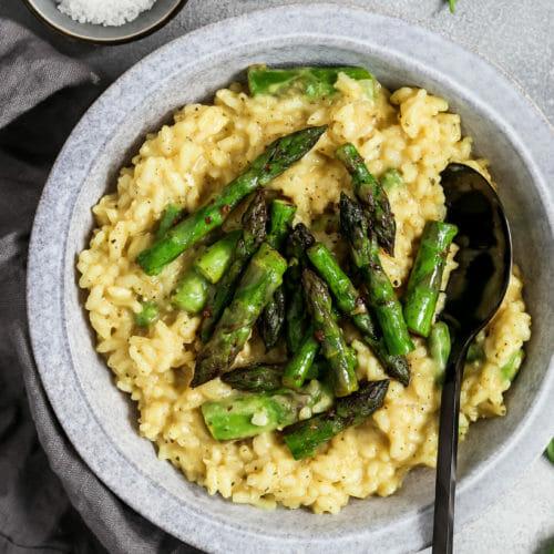 Veganes Risotto mit grünem Spargel.