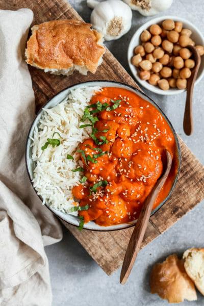 Kokos Blumenkohl Curry mit Kichererbsen. Serviert mit Reis und Fladenbrot.