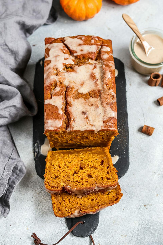 Veganer Kürbis Kuchen mit Zimt Glasur und Zimt Zucker.