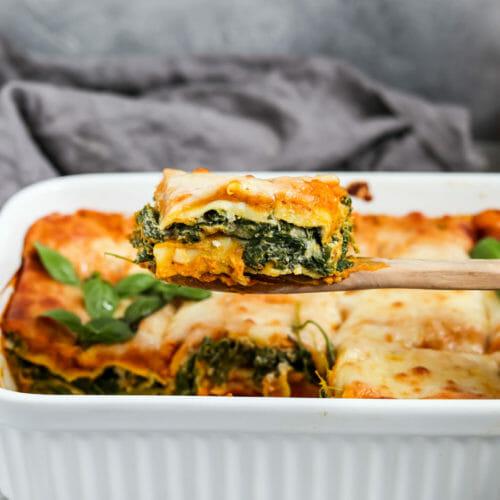 Vegane Kürbis Lasagne mit Spinat und Cashew Ricotta.