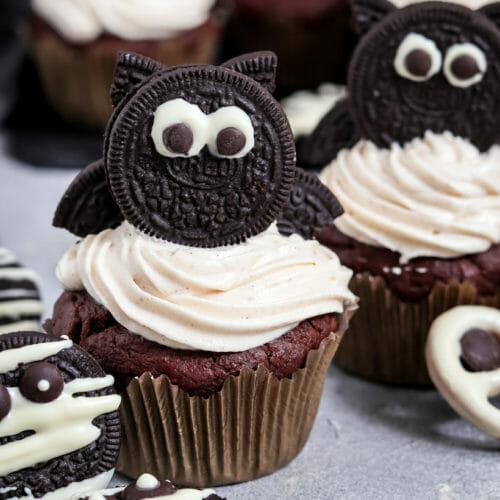 Vegane Halloween Cupcakes mit Oreos und Zimt Frosting.