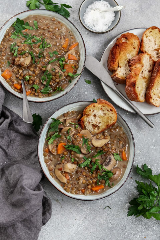 Veganer Linseneintopf mit Champignons und Möhren.
