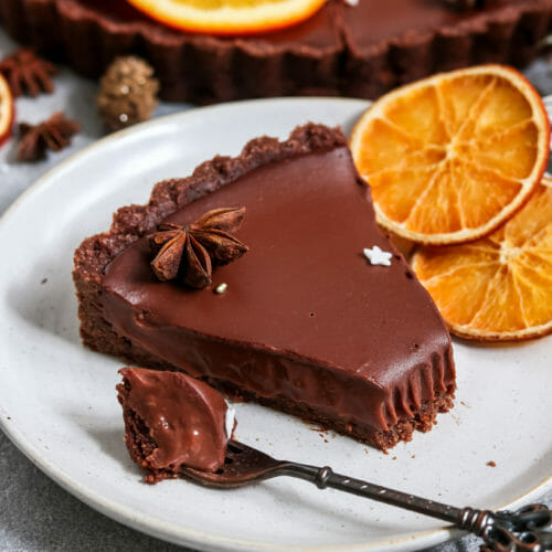 Vegane Tarte mit Mürbeteig-Boden und cremiger Schokoladen Orangen Füllung.