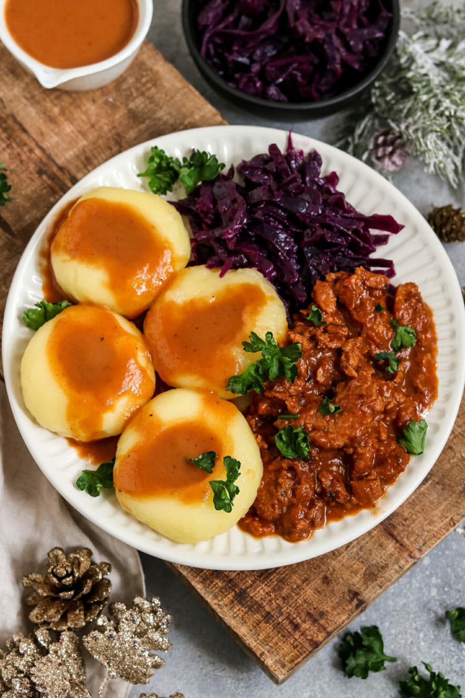 Gulasch aus Soja-Schnetzel mit Klöße und Rotkohl.