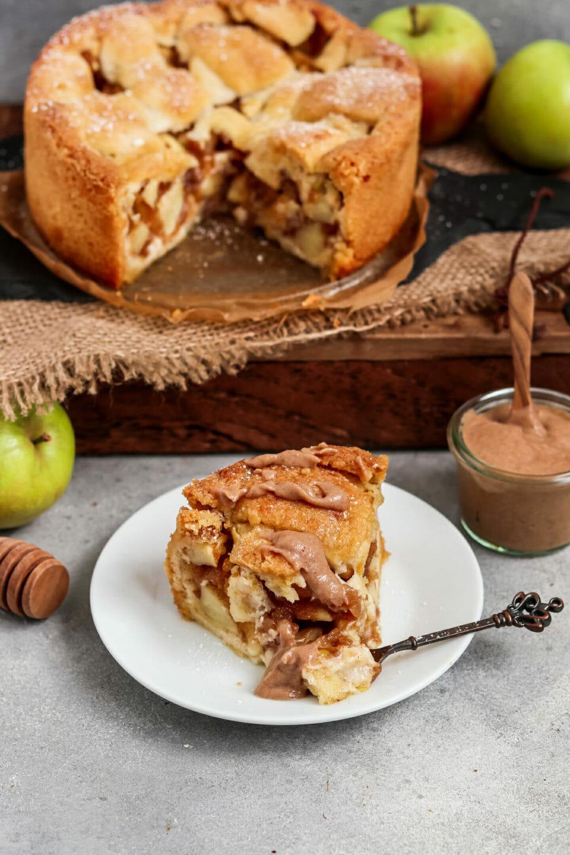 Saftiger Apfelkuchen serviert mit Dattel Karamell.