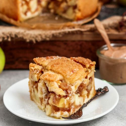 Saftiger Apfelkuchen serviert auf einem Teller.