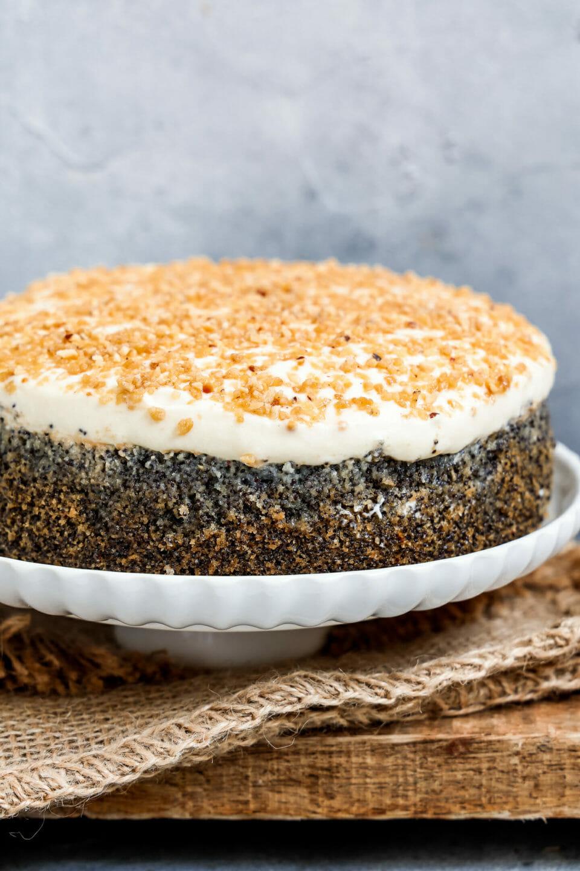 Mohnkuchen mit Vanillecreme, angerichtet auf einem Tortenständer