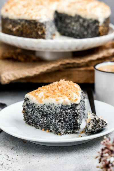 Mohnkuchen mit Vanillecreme, angerichtet auf einem flachen Teller