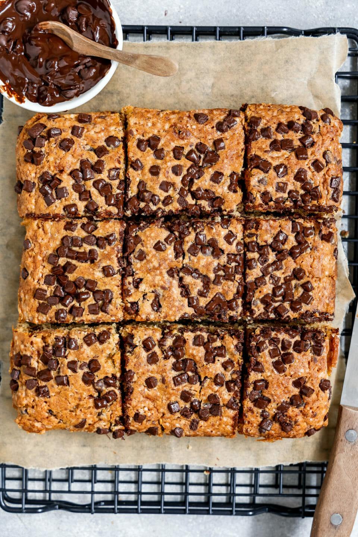 Vegane Chocolate Chip Brownies auf einem Backblech