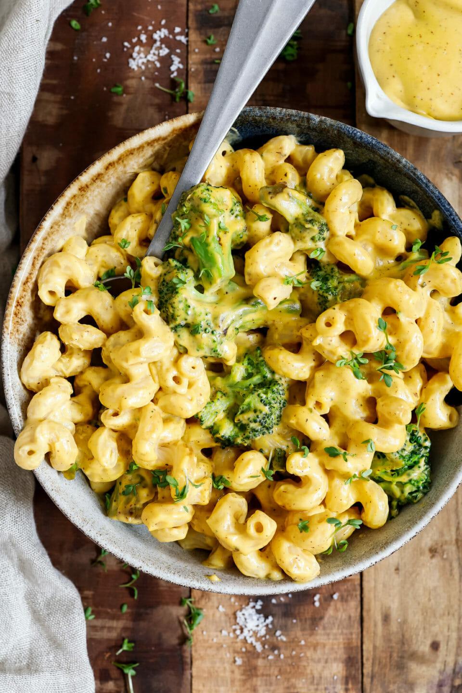 Brokkoli Käse Pasta angerichtet in einem tiefen Teller auf hölzernem Untergrund