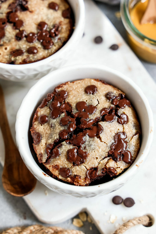 Vegane Chocolate Chip Baked Oats angerichtet in einer tiefen Schüssel auf einem Marmorbrett